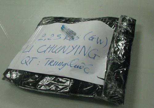 Vận chuyển 2,2 kg ma túy 'đá' qua đường hàng không